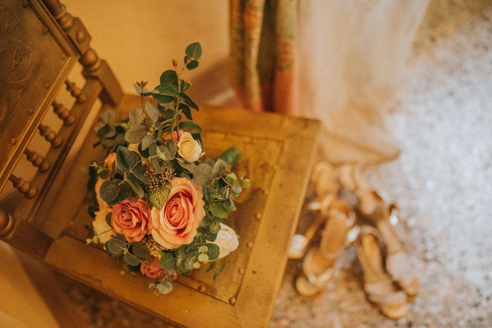 bridal-bouquet-wedding-day-old-villa-tuscany