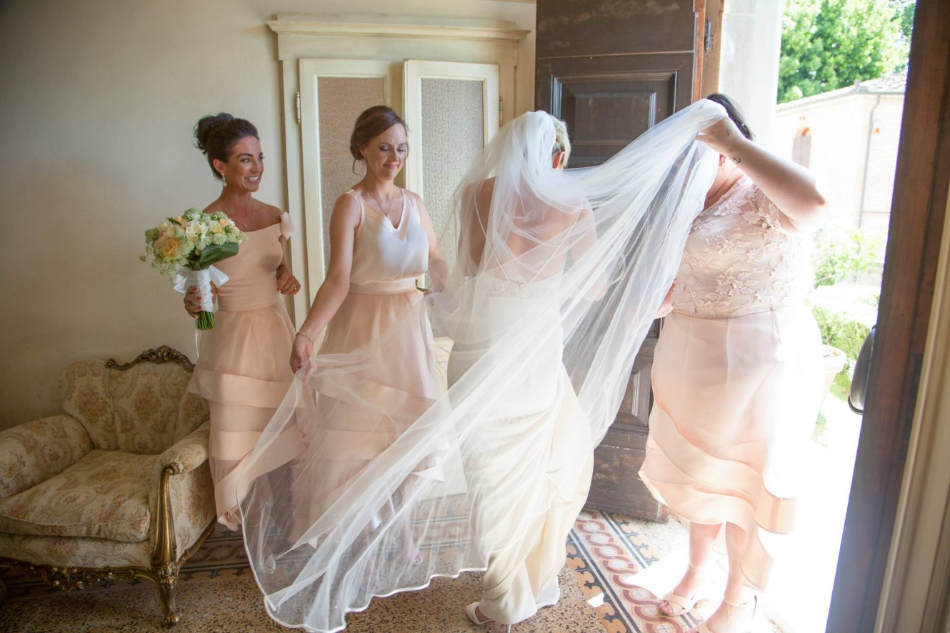 bride and bridesmaids getting ready for the wedding ceremony villa tusccany