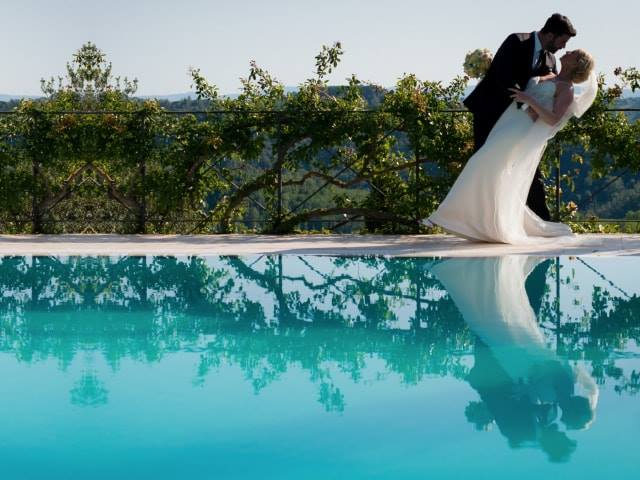 couple-by-the-pool-wedding-villa-bucciano-tuscany