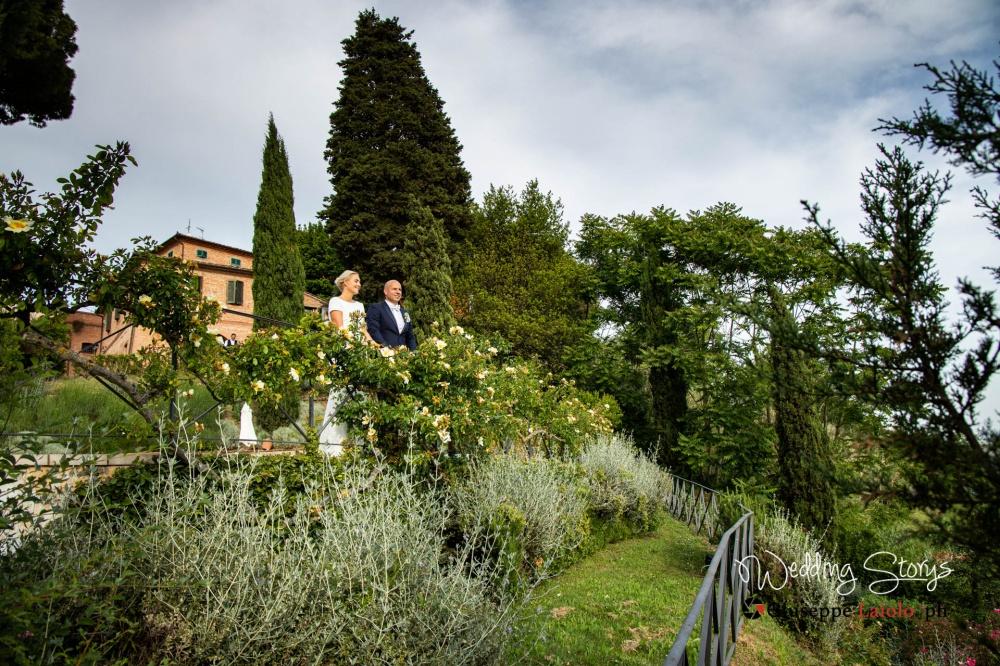 bride-and-groom-garden-villa-in-tuscany-wedding-day