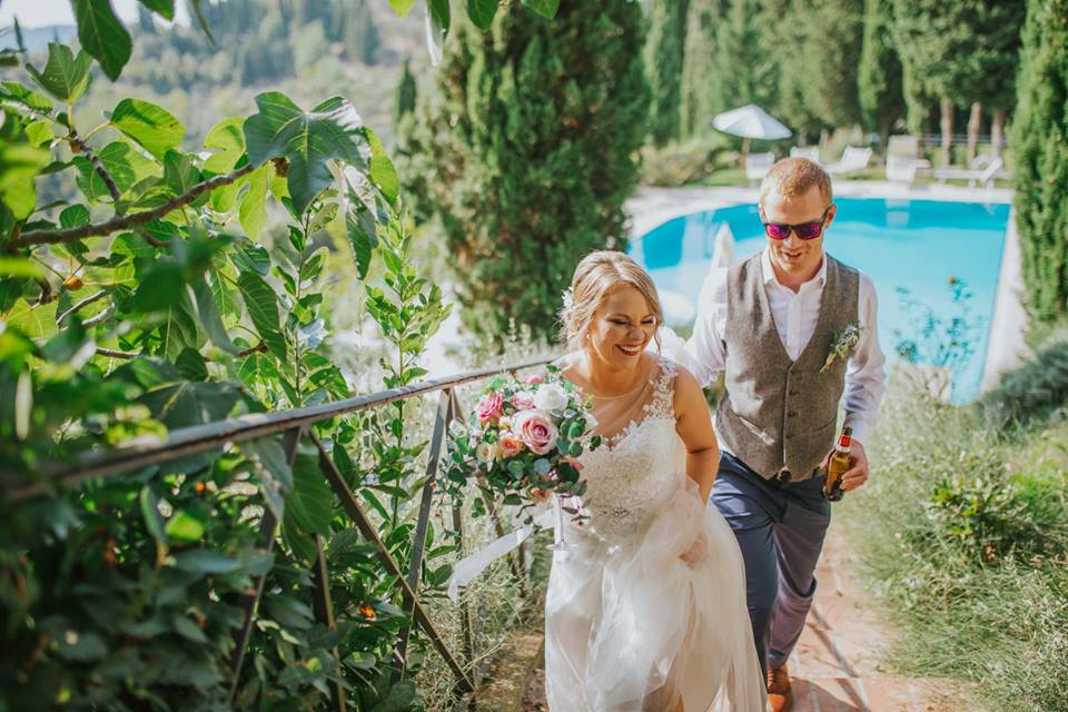bride-and-groom-in-a-wedding-villa-with-swimming-pool-tuscany