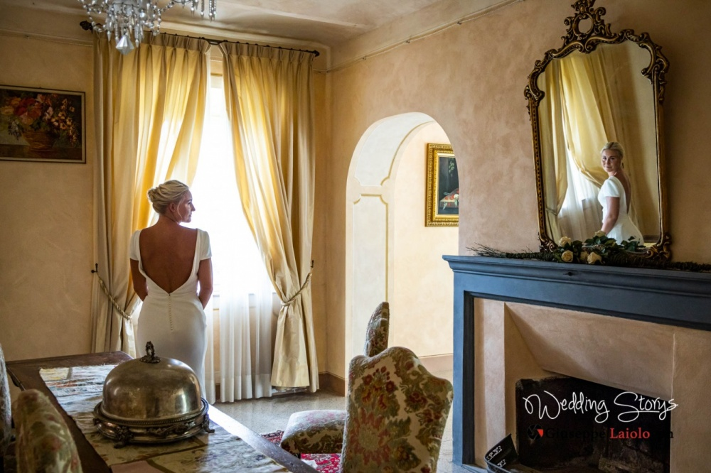 bride-getting-ready-old-villa-tuscany