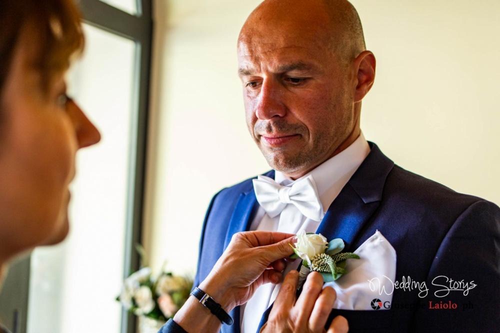 groom-getting-ready-villa-in-tuscany